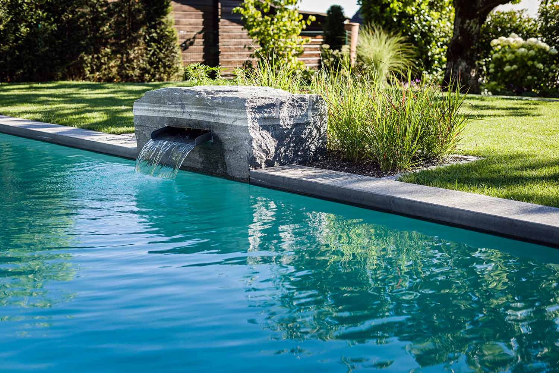 Wasserspiele Bringen Zusätzlich Leben In Das Badeparadies. Hier In  Friedrichshafen Ist Es Als Natursteinquader Mit Einer Wasserkaskade  Gestaltet.